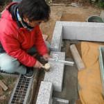 高取町で、墓石の巻石を取り付けいたしました。