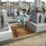 橿原市内でお墓の巻石の基礎工事を着手しました。