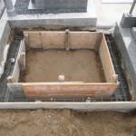 橿原市内で墓石巻石工事を始めました。