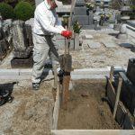 桜満開の境内墓地で新規墓石の基礎工事にかかりました。御所市内
