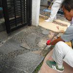 富田林市で玄関前の石貼りを張り替え工事に着手しました