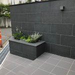 お墓以外の工事、お庭の外構工事で塀の石貼り等完成しました