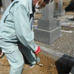 橿原市営香久山墓園も桜満開!雲一つない春の晴天で新規のお墓工事に着手しました。